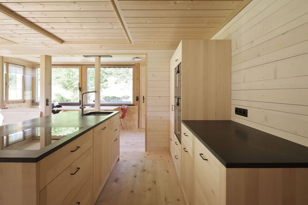 Küche aus Massivholz in Holzhaus